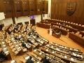 Slovákov naša politická situácia neteší: Drvivá väčšina občanov je nespokojná