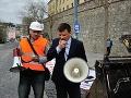 Hlina protestuje pred Širokého vilou: Takto to ďalej nejde!