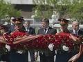 Robert Fico počas pietneho aktu kladenia vencov k pamätníku neznámeho vojaka v Alexandrovskej záhrade
