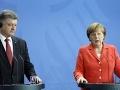 Nemecká kancelárka Angela Merkelová (vpravo) a ukrajinský prezident Petro Porošenko (vľavo) počas tlačovej konferencie po rokovaní v Berlíne