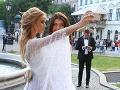 Úradujúca Miss Slovensko Lujza Straková a riaditeľka Miss Slovensko Karolína Chomisteková si pred vstupom do Národného divadla spravili aj spoločnú selfie.