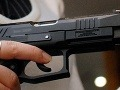 Muž (44) v Devínskej Novej Vsi vytiahol v podniku strelnú zbraň