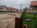 Silná búrka sa v okamihu zmenila na záplavy: Hasiči museli evakuovať vyše 400 detí