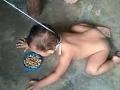 Otrasný prípad krkavčej matky: Synčekovi uviazala vôdzku, musel jesť zo zeme!