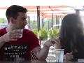 VIDEO Mladík ukázal, aké ľahké je zdrogovať dievčinu v bare: Jej priateľ si nič nevšimol!