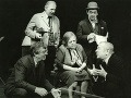 Hore zľava: Ladislav Chudík (Beďar) a Gustáv Valach (Šáňa), dole zľava: Július Pántik (Pinďas), Eva Krížiková (Hermína) a Karol Machata (Ado) počas divadelnej hry Stará dobrá kapela (1984) od Jiřího Hubača.