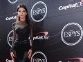 Kendall Jenner stavila na čiernu róbu, v ktorej rozhodne nevyzerala nudne.