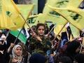 Ľudia mávajú vlajkami Hizballáhu