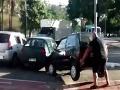 VIDEO Cyklista zobral spravodlivosť do vlastných rúk: S autom si poradil ako s malinou
