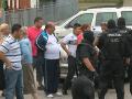 Ďalší zranení policajti po bitke na východe: V Richnave do seba skočilo až 300 osadníkov