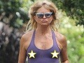 Hollywoodska veteránka sa nekašle: Na krku 70-tka a presvitajúce bradavky!