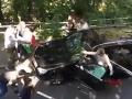 Brutálne VIDEO zo Švajčiarska: Prisťahovalci sa vrhli na auto, druhé ich zrámovalo