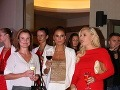 Fitneska Zora Czoborová sa počas večera príjemne zabávala v spoločnosti riaditeľky Fashion TV Gabriely Drobovej.