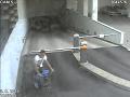 FOTO Muž kradol v bratislavskej garáži: Ak ste ho spoznali, volajte políciu