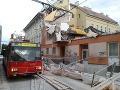 FOTO Obrovské šťastie v centre Bratislavy: Lešenie spadlo tesne vedľa trolejbusu s ľuďmi