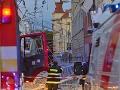 V Bratislave odkláňali dopravu: Čelná zrážka trolejbusu s autom, hlásia štyroch zranených