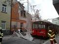 Šťastie na bratislavskej ulici: FOTO lešenie spadlo na trolejbus, mohlo to skončiť naozaj zle