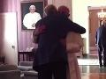Pápež František prekvapil: S priateľom homosexuálom sa privítal vrelým objatím