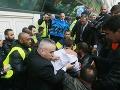 FOTO Cirkus v centrále Air France: Zúriví zamestnanci napadli riaditeľov, trhali z nich šaty!
