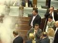 VIDEO Opoziční poslanci rozplakali vládnych kolegov: Útok slzným plynom priamo v parlamente!