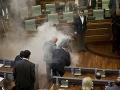 Ostré riešenie proti dohodám: Opoziční poslanci zablokovali parlament slzotvorným plynom