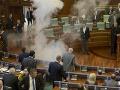 Kosovská opozícia prerušila hlasovanie parlamentu: Kvôli tomuto otvorila slzotvorný plyn