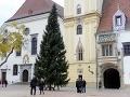 FOTO Vianočná atmosféra je už aj v Bratislave: Na Hlavnom námestí stojí vianočný stromček