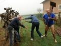 Ochranári chceli vyslobodiť vtáčiky: VIDEO Zaútočil na nich agresívny polonaháč s lopatou
