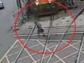 VIDEO flirtovania so smrťou: Dôchodca prechádzal cez železničné priecestie ako kaskadér