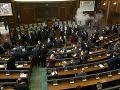 Z parlamentu sa stala bojová zóna: Opozícia použila slzný plyn, útočila aj na políciu!