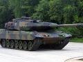 FOTO Nečakaný incident na českej diaľnici: Vojakom spadol z návesu tank
