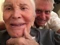 Michael Douglas ospevuje takmer 100-ročného otca: Pozrite na to svalnaté telo!