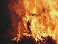 Nehanebný príkaz riaditeľa v Bangladéši: Študentka upálená na streche školy