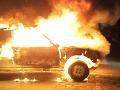V bratislavskej Dúbravke horelo auto, zasahovali hasiči