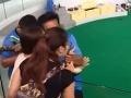 Turistka chcela pobozkať hada: VIDEO hrôzy, ktorá nastala, ľudia kričali od strachu