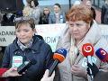 Slovenskej komory sestier a pôrodných asistentiek (SKSaPA) Iveta Lazorová (prvá zľava) a predsedníčka Odborového združenia sestier a pôrodných asistentiek (OZ SaPA) Monika Kavecká