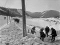 V 15-18 stupňovom mraze pracovalo vyše 100 robotníkov z traťovej dištancie Spišská Nová Ves a príslušníkov armády, r. 1963