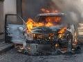 Nebezpečný zásah hasičov: Vedľa plynovej prípojky horelo auto