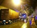 Veľká nehoda v tuneli Sitina: VIDEO havaroval kamión, tvoria sa rozsiahle kolóny