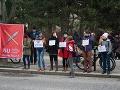 Účastníci Tichého protestu učiteľov pred Úradom vlády SR v Bratislave.