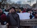 FOTO Nečakaná nádielka pred centrálou Smeru: Protest ľudí s toaletným papierom!