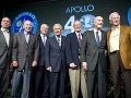 Walt Cunningham (Apollo 7), James Lovell (Apollo 8 a 13), David Scott (Apollo 15), Buzz Aldrin (Apollo 11), Charles Duke (Apollo 16), Thomas Stafford (Apollo 10) a Eugene Cernan (Apollo 10 a 17) pózujú pri príležitosti 40. výročia pristátia na Mesiaci.