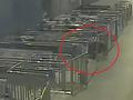 VIDEO kurióznej nehody na vlakovej stanici: Muž utekal tak rýchlo, že takmer prišiel o hlavu