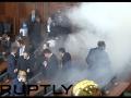 Tomu sa hovorí radikálna opozícia! VIDEO Oblaky slzného plynu, masky a oblievanie v pléne