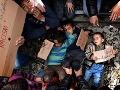 FOTO ľudského zúfalstva, ktoré trhá srdce: Migranti položili na koľajnice svoje batoľatá