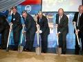 Spoločnosť U.S. Steel košice začala výstavbu železiarní slávnostným výkopom v roku 2005.