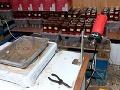 Policajti objavili v Grécku tri nezákonné výrobne liehovín. V skladoch našli a zhabali všetko vybavenie, ktorí sa používa na výrobu falošných fliaš