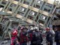 FOTO Viac ako 32 hodín od ničivého zemetrasenia: Obetí je až 413, v troskách našli aj živých ľudí