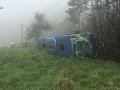 VIDEO sekundy hrôzy pri Rajeckých Tepliciach: Autobus plný ľudí v priekope, dvaja ťažko zranení