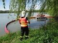 FOTO Dramatická záchranná akcia hasičov: Z jazera vyťahovali auto, vodič sa bezradne prizeral